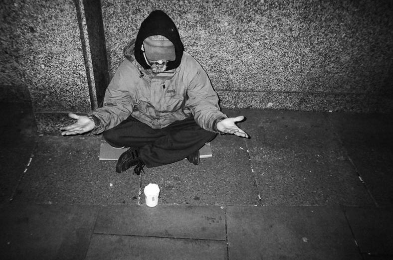 2016_08_16_zdjecia_robione_przez_bezdomnych_bezdomny_na_podlodze_06